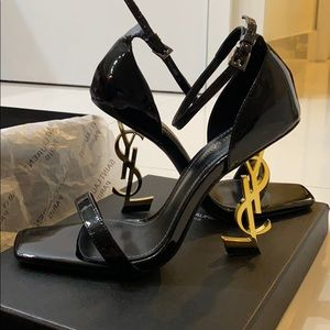 🔥Patent black leather with gold logo heels